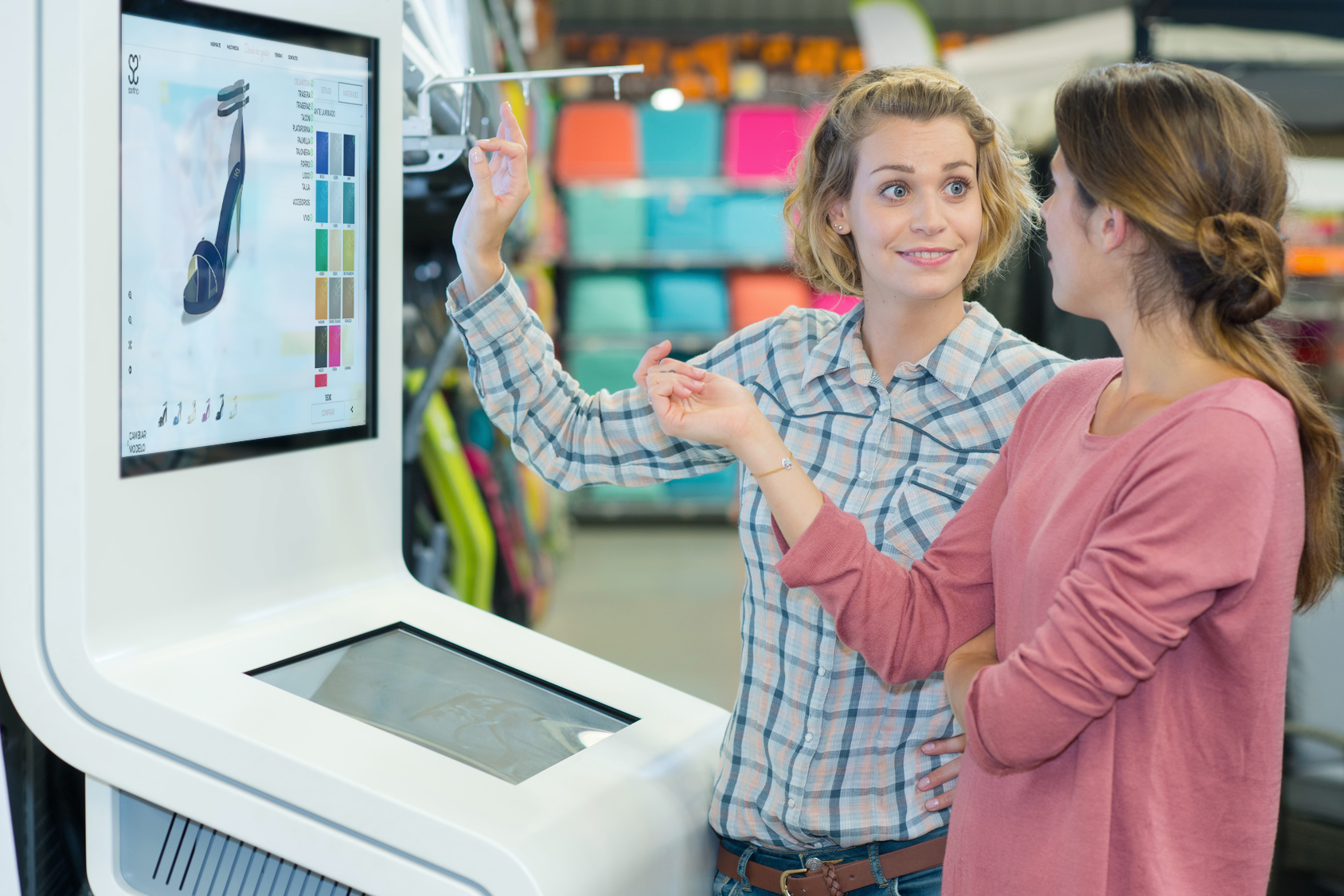 Chica enseñando el modelador 3d en un pc a otra persona