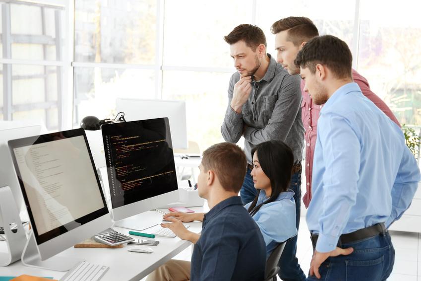 Programadores viendo un pc
